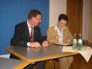 Prof. Dr. Jarke und Prof. Dr. Hantos unterzeichnen Kooperationsvertrag